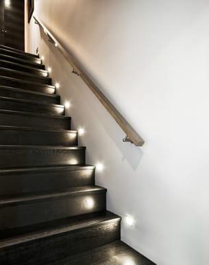ici, l'escalier est doté de luminaires à faisceau