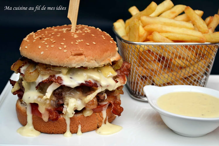 Burger au camembert, oignons et lard grillé