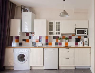 quelques carreaux colorés et la crédence ressort dans une cuisine immaculée