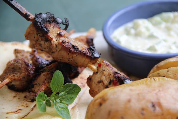 Brochettes de porc Souvlaki sauce tzatziki pommes de terre au citron