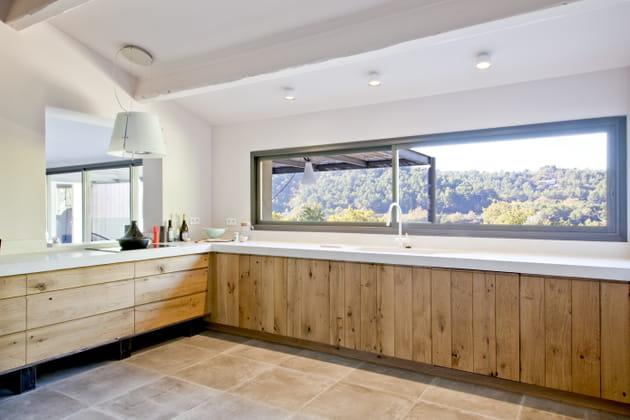 Une cuisine en bois brut