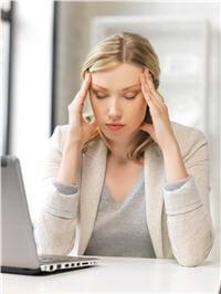 des douleurs d'un seul côté de la tête, qui augmentent à l'effort et qui sont