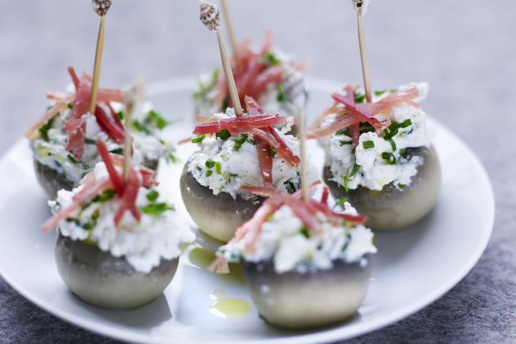 Têtes de champignons, fromage de chèvre frais aux herbes et jambon de Savoie