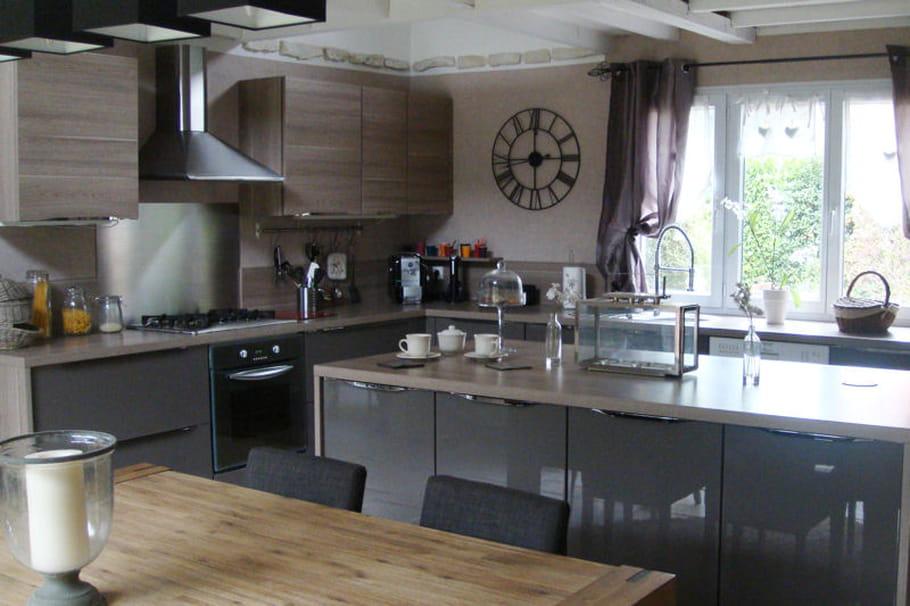une cuisine fonctionnelle et contemporaine. Black Bedroom Furniture Sets. Home Design Ideas