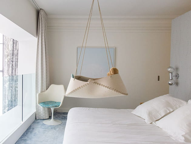 Une chambre parentale avec balcon intérieur