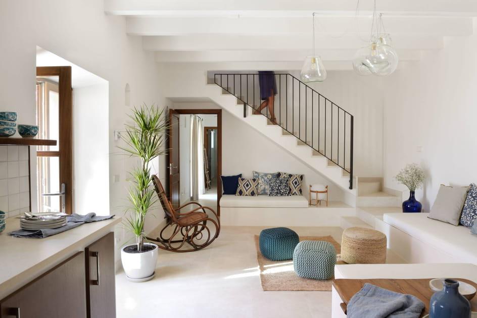 Une banquette sous l'escalier