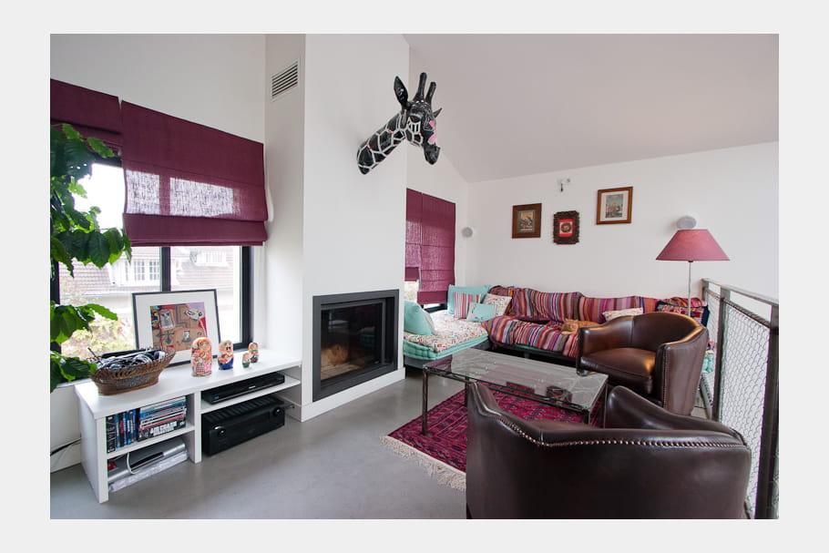 Un salon dans les tons prune une maison loft qui s 39 ouvre for Fenetre qui s ouvre vers l exterieur