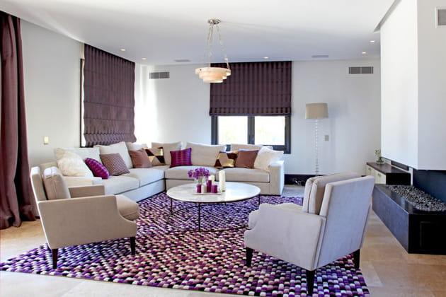 Salon rehaussé de notes violettes