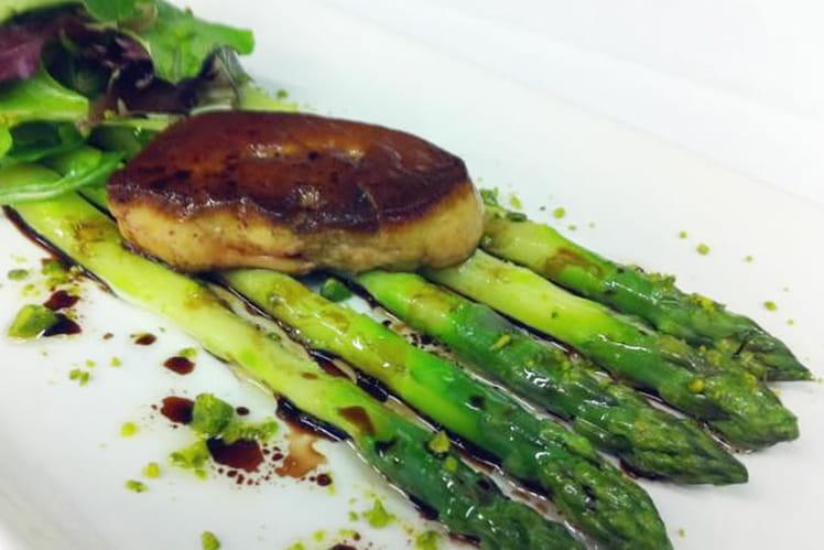 Asperges vertes et foie gras de canard poêlé