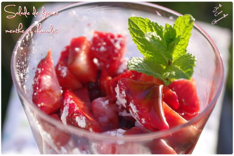 Salade de fraises et sauce au chocolat à la menthe