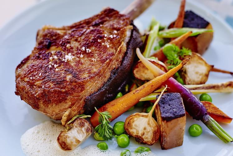 Côte de veau panée à la chapelure de pain brûlé et printanière de légumes