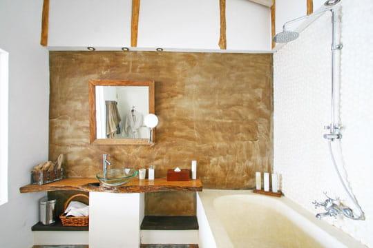 Galets dans la salle de bains for Salle de bain en bois flotte