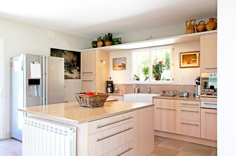Une cuisine campagne beige conviviale for Cuisine conviviale