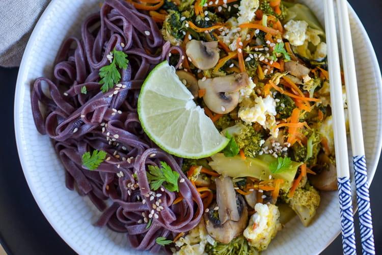Wok thaï de légumes d'hiver et nouilles de riz noir