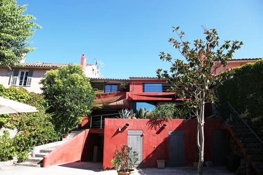 Une maison rouge baignée de lumière