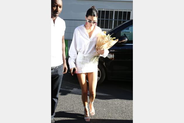 Kendall Jenner en mini-jupe et chemise blanche surtaillée