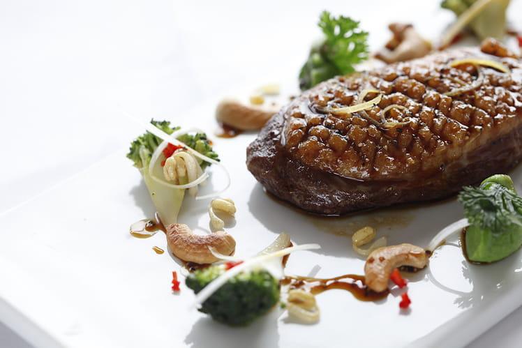 Suprême de canard laqué au thym citron, poivre de Sichuan et miel de sapin ; accompagné d'un sauté de légumes provençal