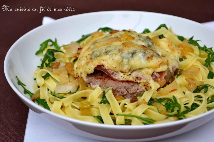 Steak haché gratiné aux oignons, jambon cru et fromage de Chimay ... tagliatelle à la roquette