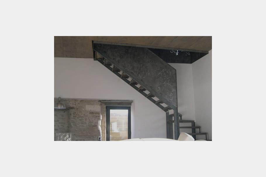 Un escalier d 39 artiste un ancien pressoir transform en for Ancien pressoir de la maison jaune