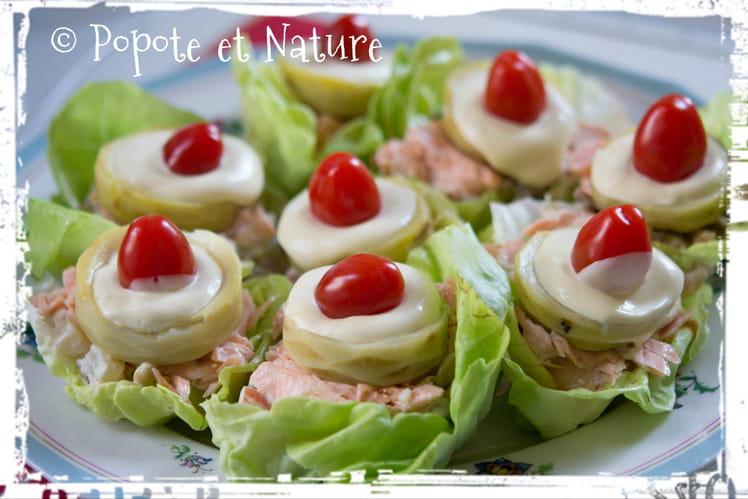 Salade de saumon et petits légumes en feuilles de laitue
