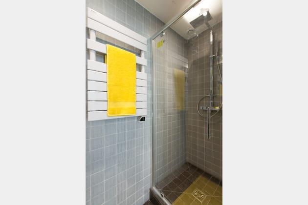 Une salle de bains carrelée