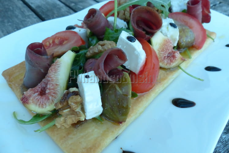 Tarte fine et sa salade de roquette aux magrets de canard, tomate, chèvre, figues et noix