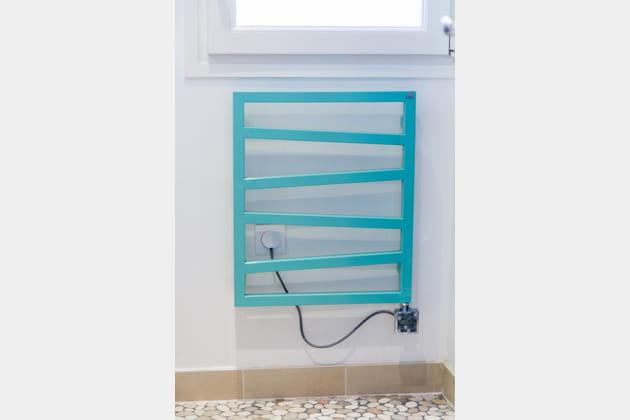 Un sèche-serviettes turquoise