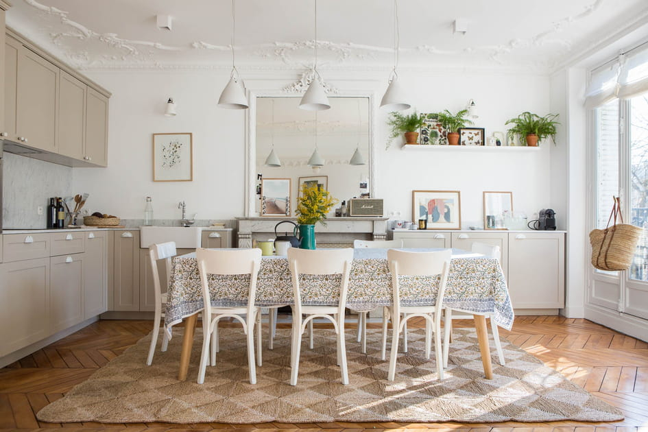 Esprit campagne dans la cuisine beige avec salle à manger