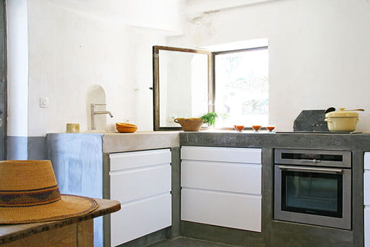 Une cuisine habillée de béton brut