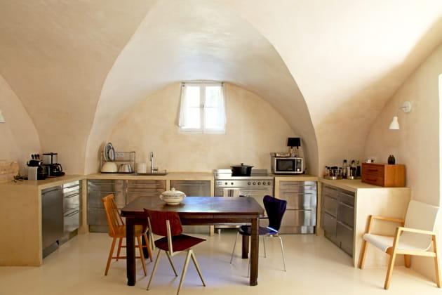 Une cuisine en inox et béton ciré