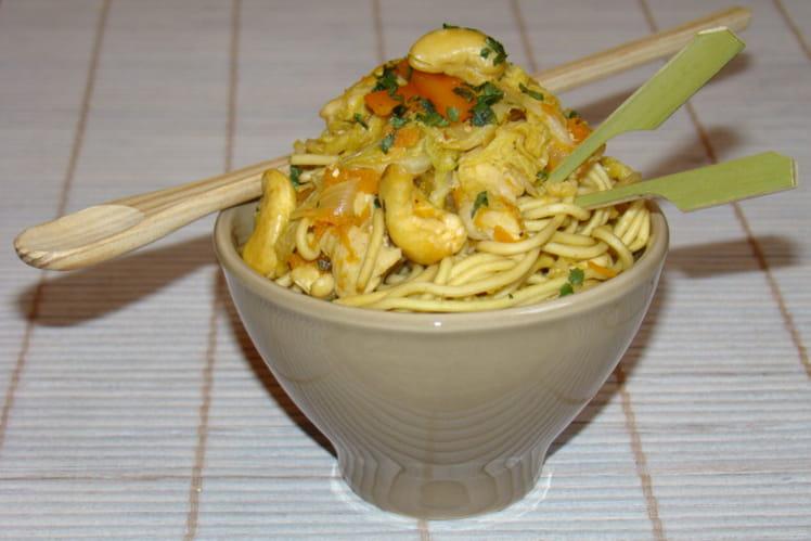 Petits bols chinois aux nouilles, poulet, chou et noix de cajou
