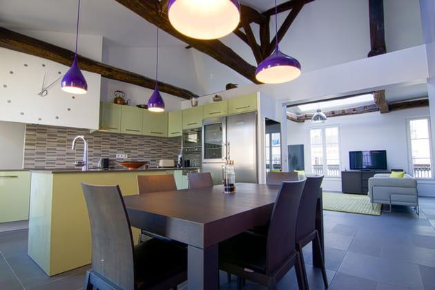 une grande cuisine ouverte. Black Bedroom Furniture Sets. Home Design Ideas