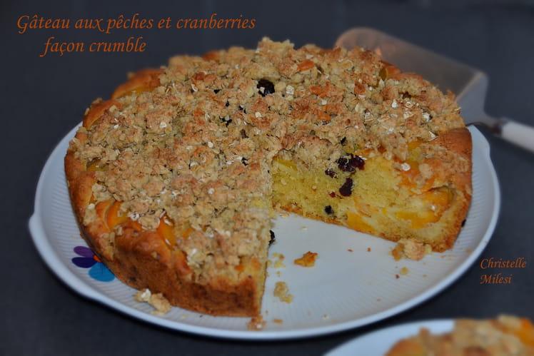 Gâteau aux pêches et cranberries façon crumble