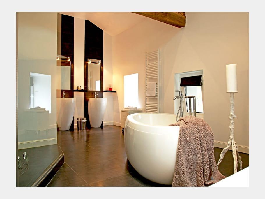 Grand style la salle de bains esprit brocante dans une for Mini baignoire ilot
