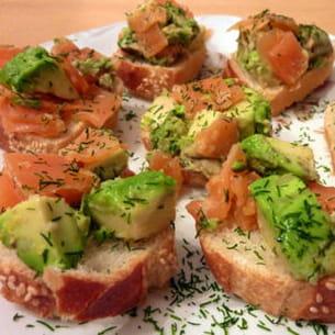 panaché de saumon et d'avocat sur toast au sésame