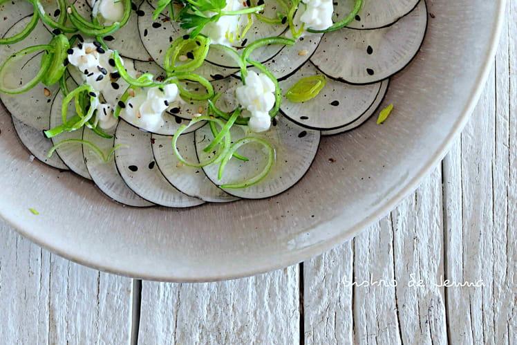 Carpaccio de radis noir, vert de poireau et cottage cheese