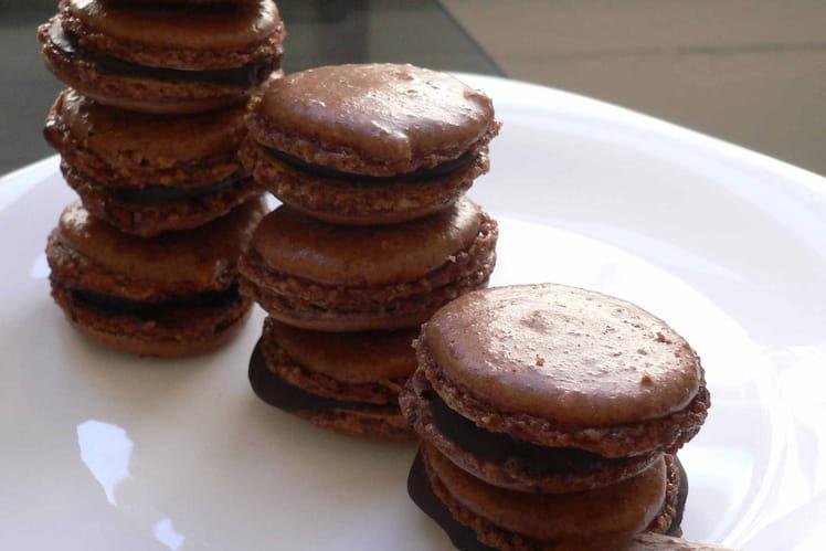 Macarons chocolat fourrés au café