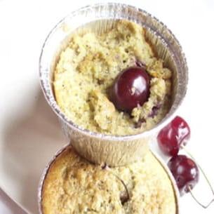 petits gâteaux au yaourt, cerises et pistaches
