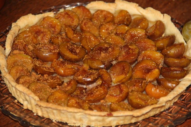 Tarte aux prunes reine-claude, poudre d'amandes et miel
