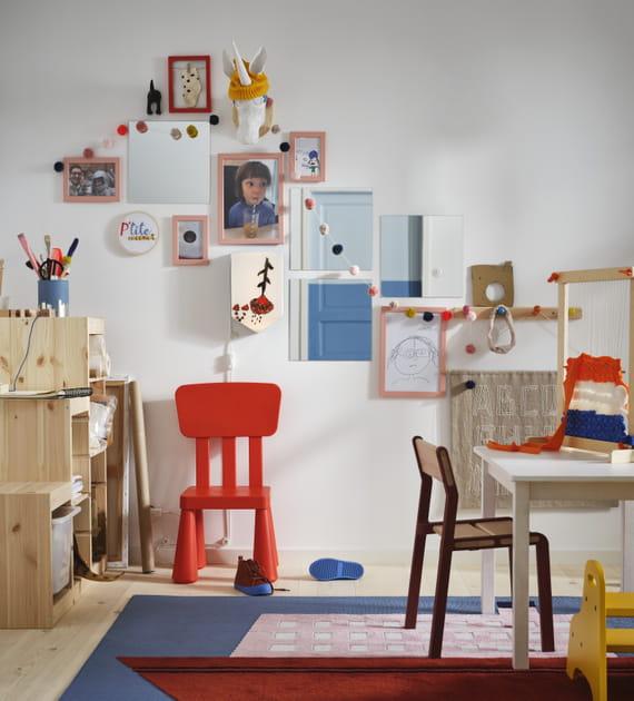Mur de cadres dans la salle de jeux des enfants