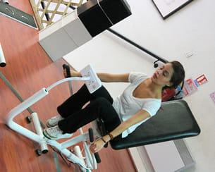 yasmine utilise une machine qui sollicite le haut du corps.