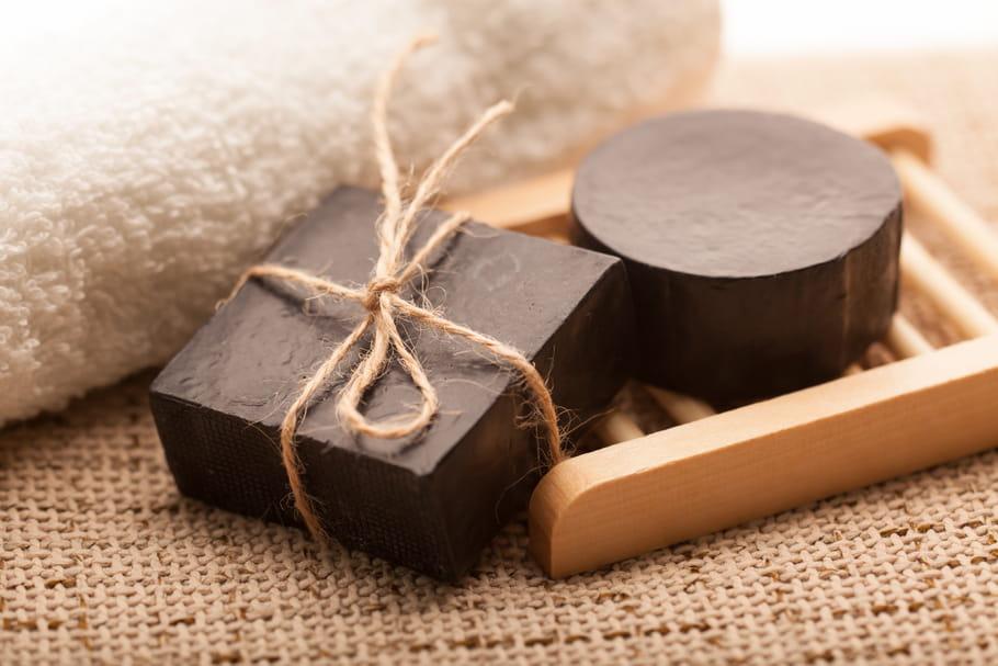 Le savon noir en beauté: quels sont ses bienfaits pour le visage et le corps?