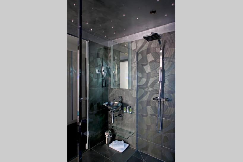La douche à l'italienne passe au noir