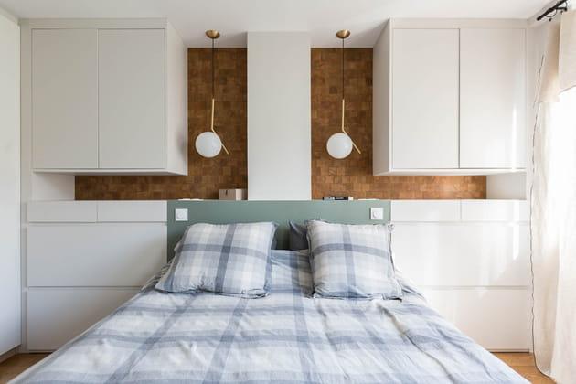 Tête de lit en bois avec placards