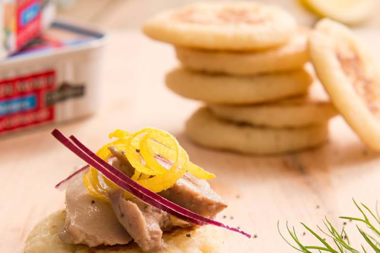 Mini blinis au Foie de morue, oignon croquant et graines de  pavot
