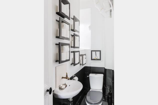 Des rouleaux de papier toilette au mur