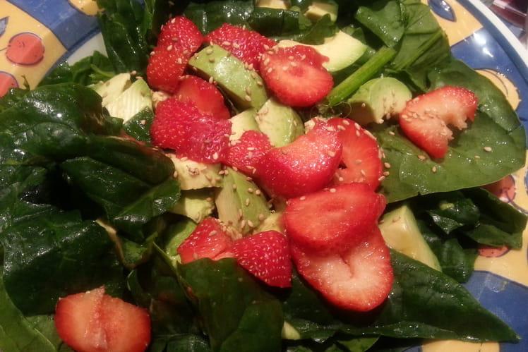 Salade d'épinards, avocats et fraises