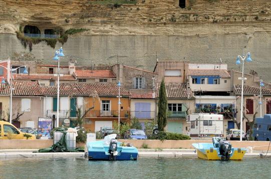 Une grotte sur le port