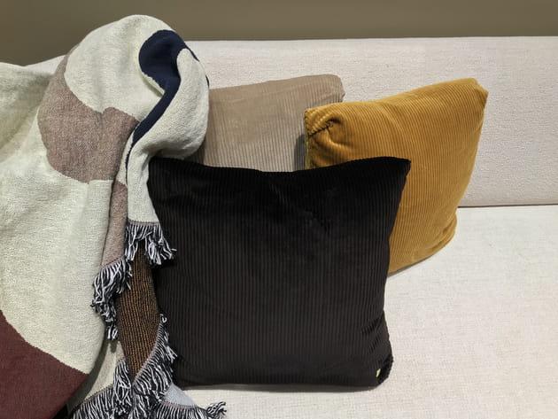 coussin en velours c tel de ferm living. Black Bedroom Furniture Sets. Home Design Ideas