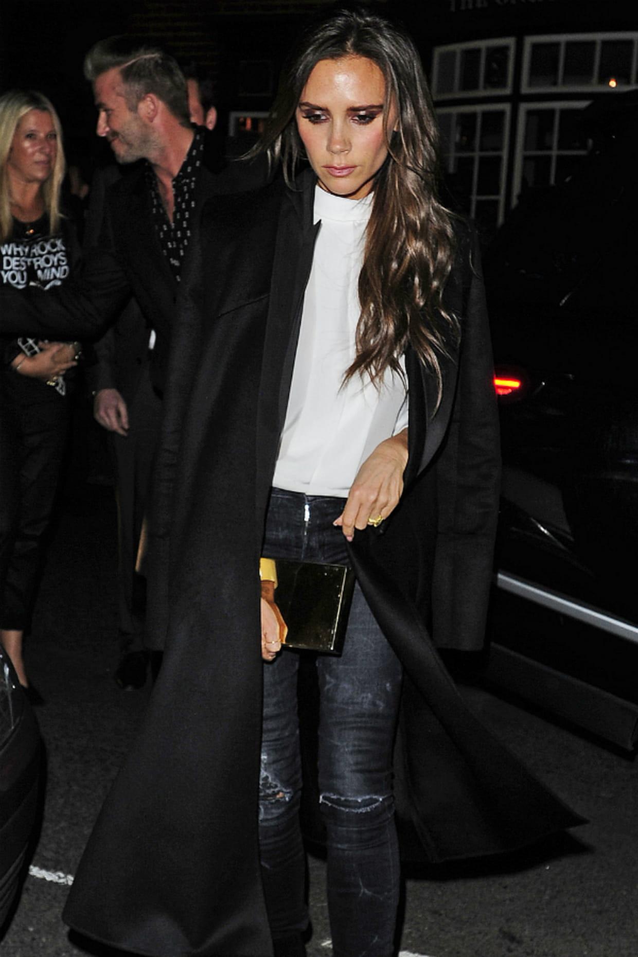victoria beckham en jean gris et long manteau noir